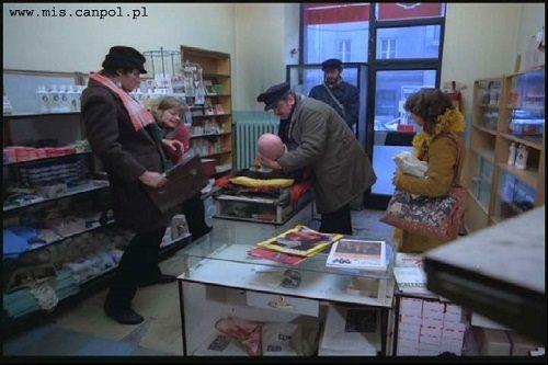 scena w kiosku Ruchu