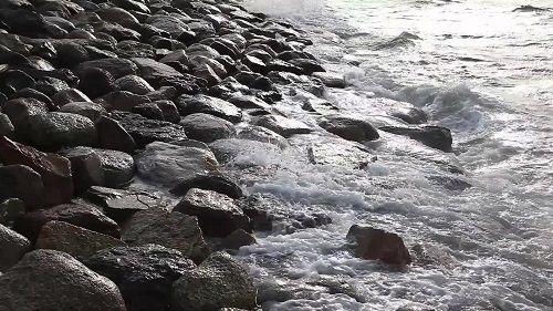 fale i kamienie
