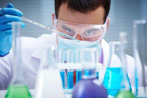 chemik przy pracy