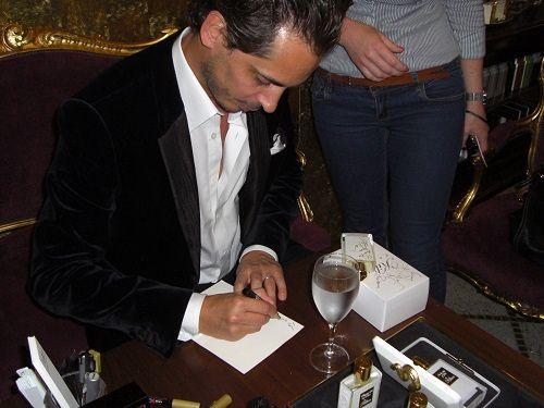 Hennessy daje autograf