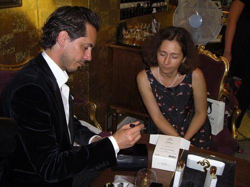 Kilian Hennessy podpisuje pudeło