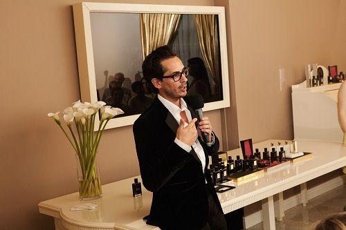 Kilian Hennessy przemawia do gości perfumerii Quality