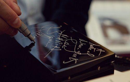 Kilian podpisuje pudełko
