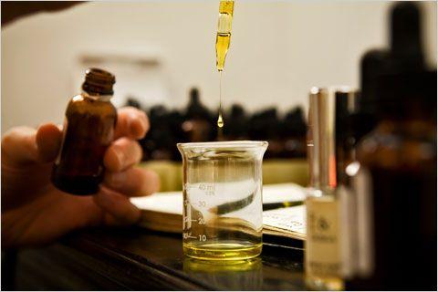 mieszanie składników perfum