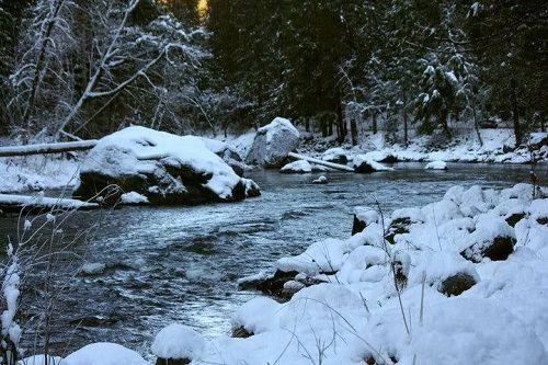 śnieg nad rzeką